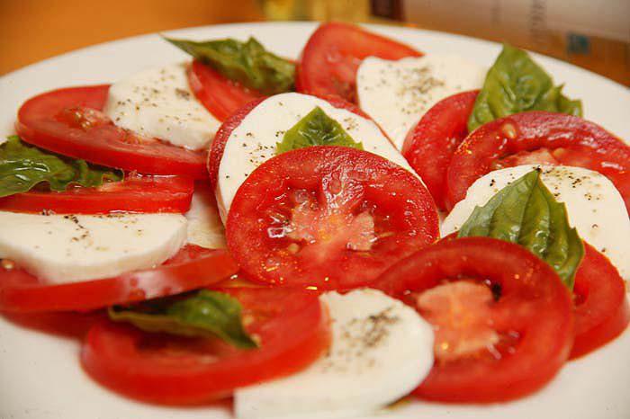 Tomato and mozzarella salad - photo La Dolce