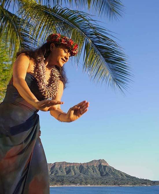 Hula dancers perform at Halekulani by the ocean-view bar - photo Halekulani