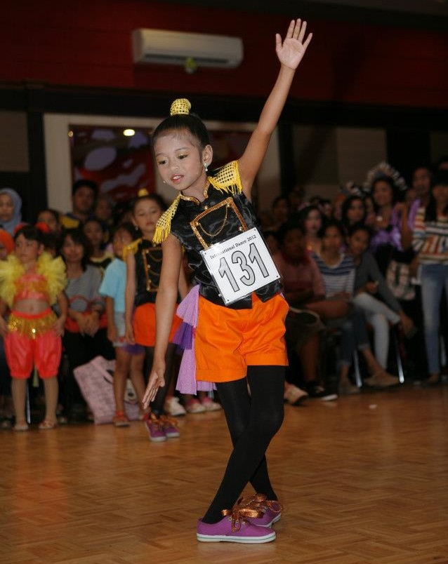 A young girl competes - photo Puri Mas