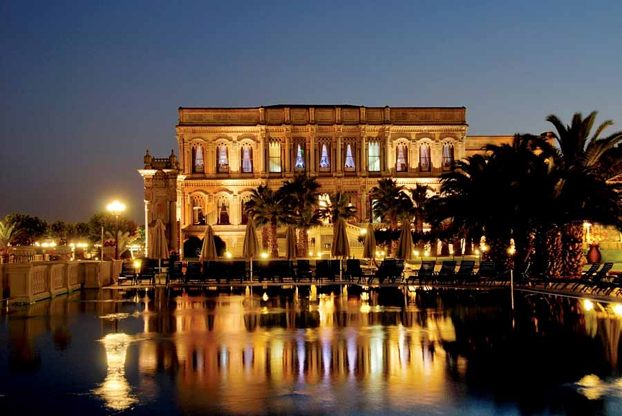Lit up at night, the hotel is magical - photo Ciragan Palace Kempinski