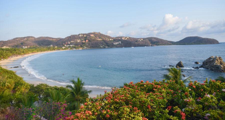 Playa La Ropa is a 2-minute walk away from La Casa Que Canta, Zihuatanejo.