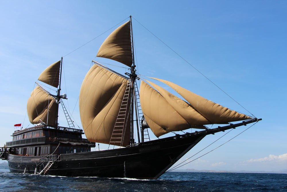The Alila Purnama under sail - 150 feet of nautical beauty!