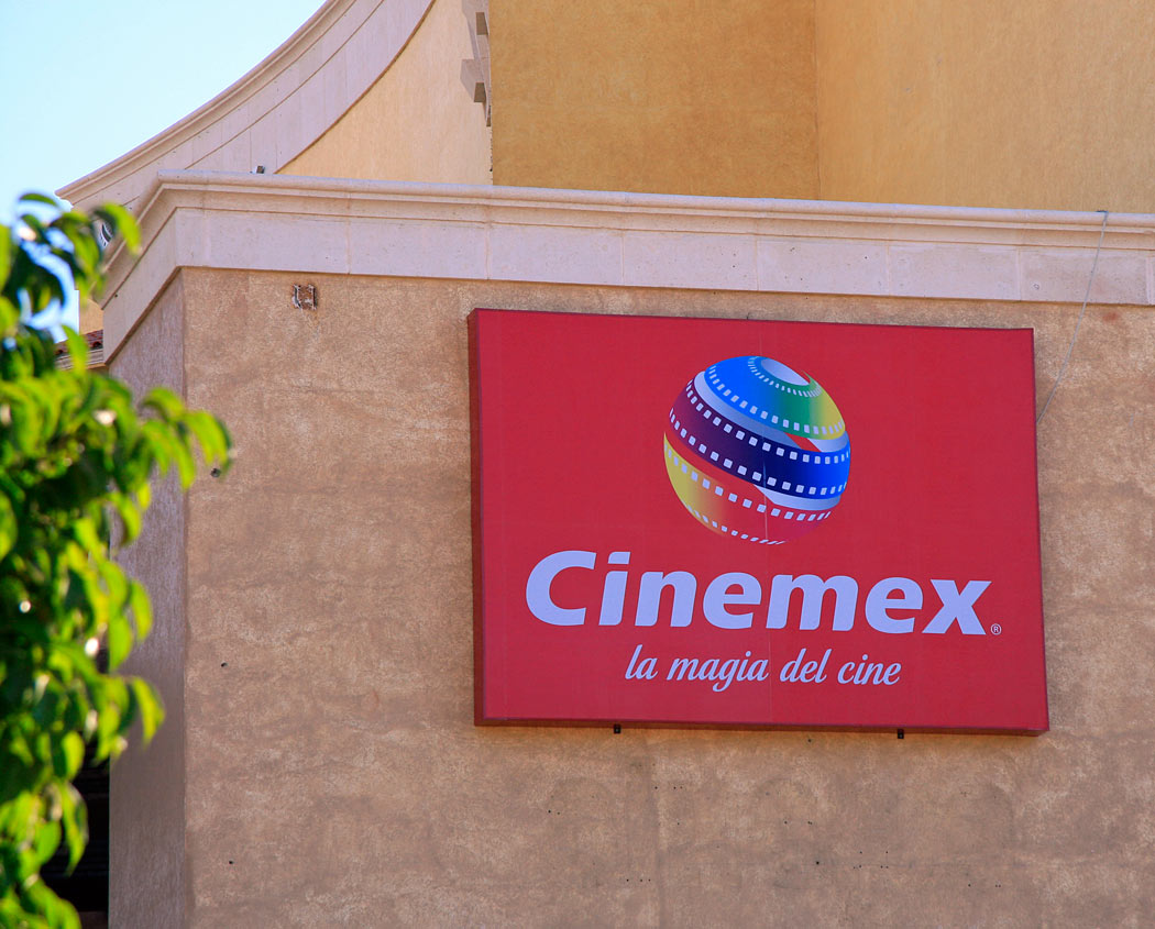 Hey! You can watch Hollywood movies in English at the movie theaters in Cabo!