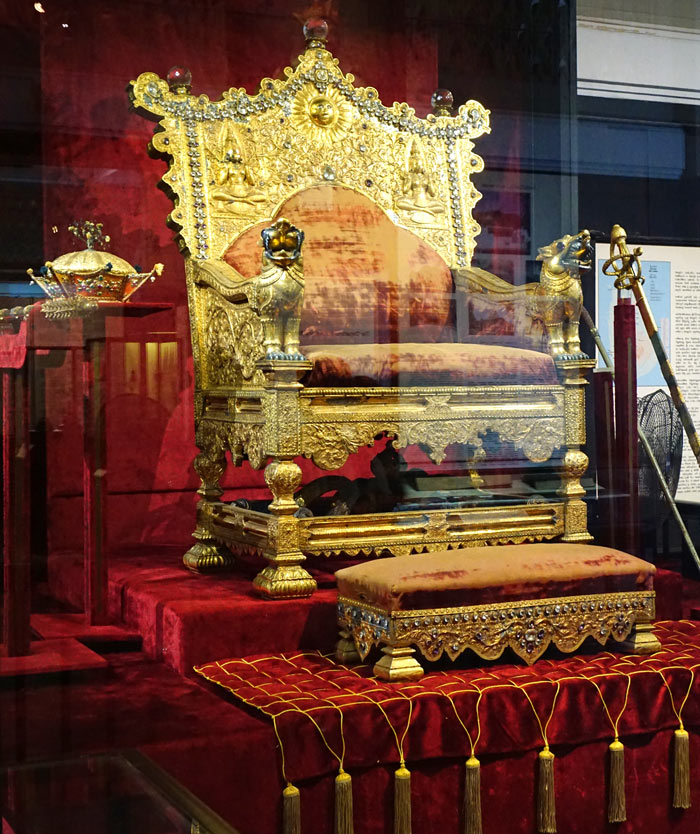A highlight of the Colombo National Museum is the royal throne of King Wimaladharmasuriya II.