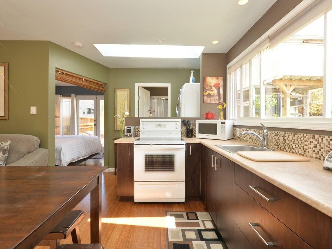 Airbnb Victoria, BC: James Bay cottage