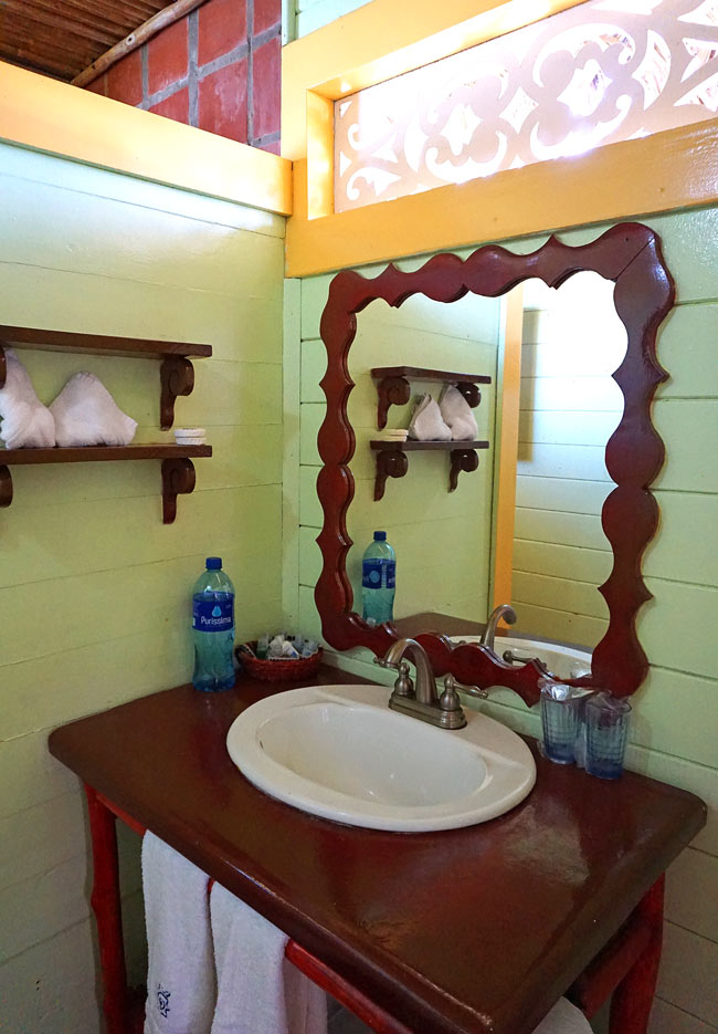 Bathroom of bungalow at Punta Caracol Acqua Lodge in Panama