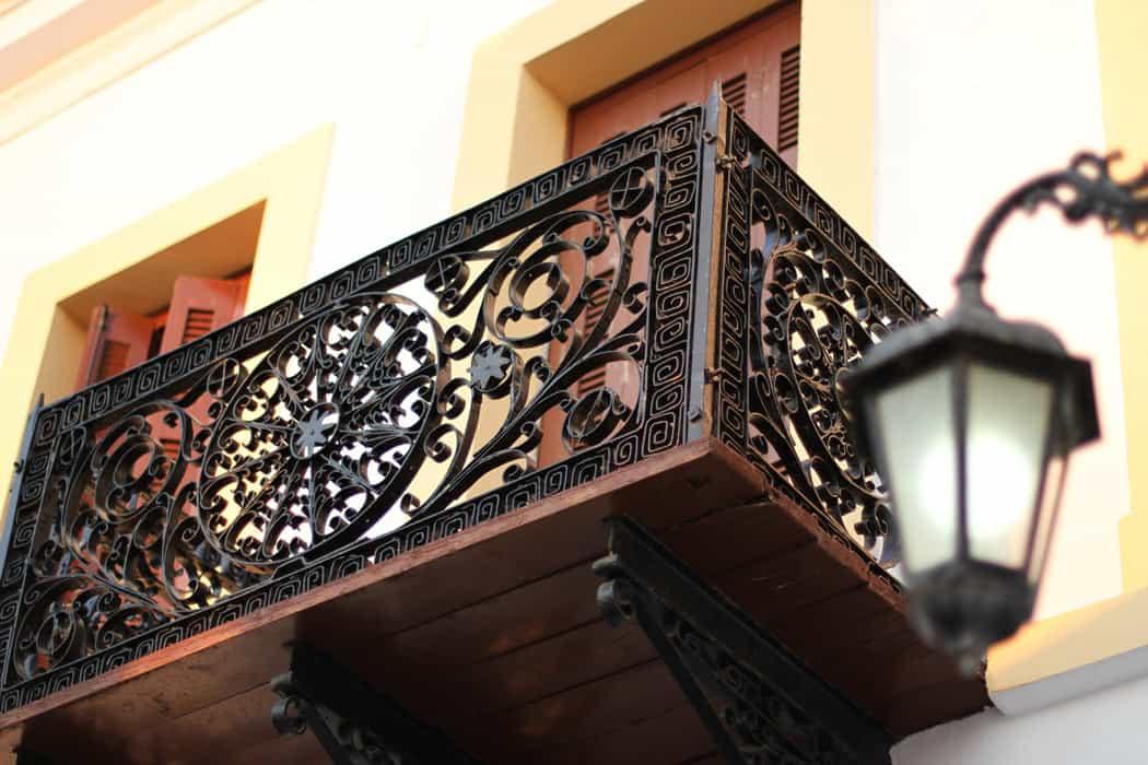 A Venetian-style balcony in Kythera