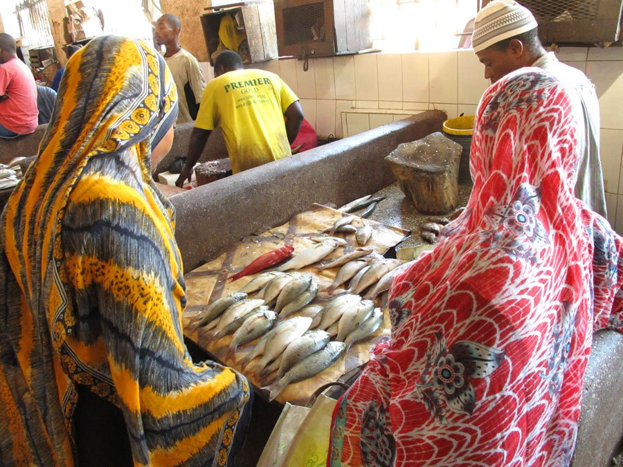 Browsing the Darajani Market is one of the best things to do in Stone Town, Zanzibar!