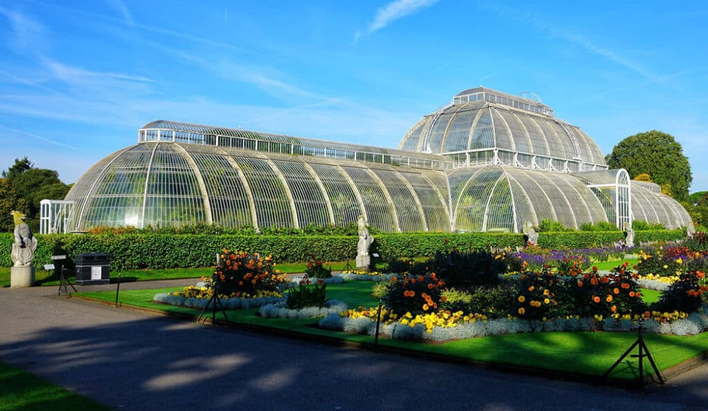 Kew Gardens are the most famous English gardens.