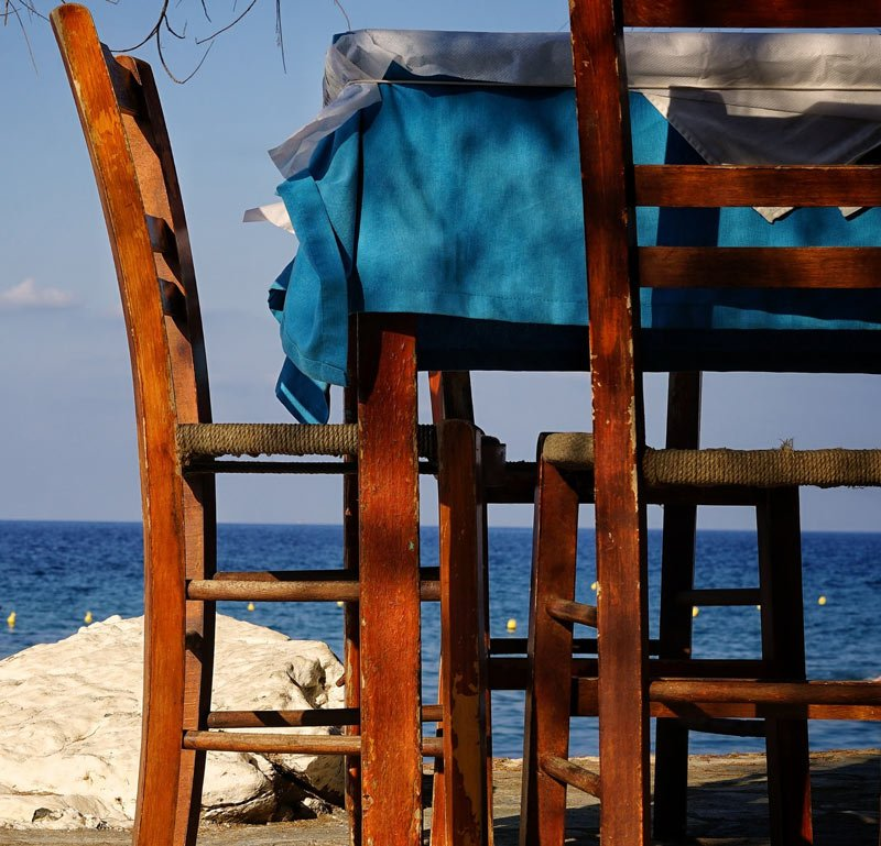 Discover hidden cafés and other delights by the harbor in Rethymnon
