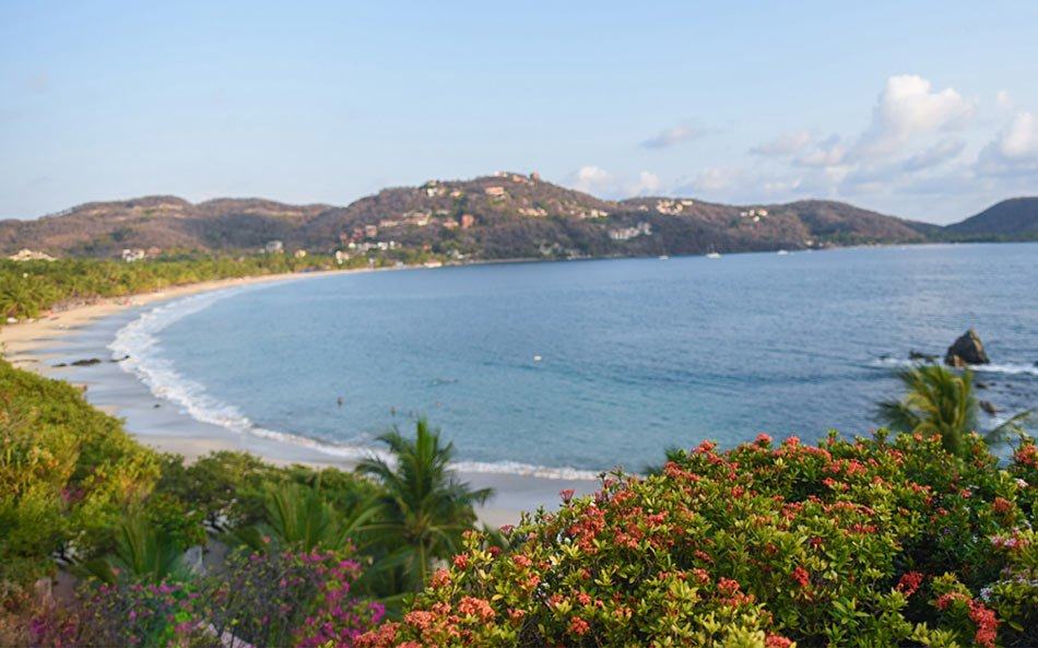 Playa La Ropa is a 2-minute walk away from La Casa Que Canta, Zihuatanejo.