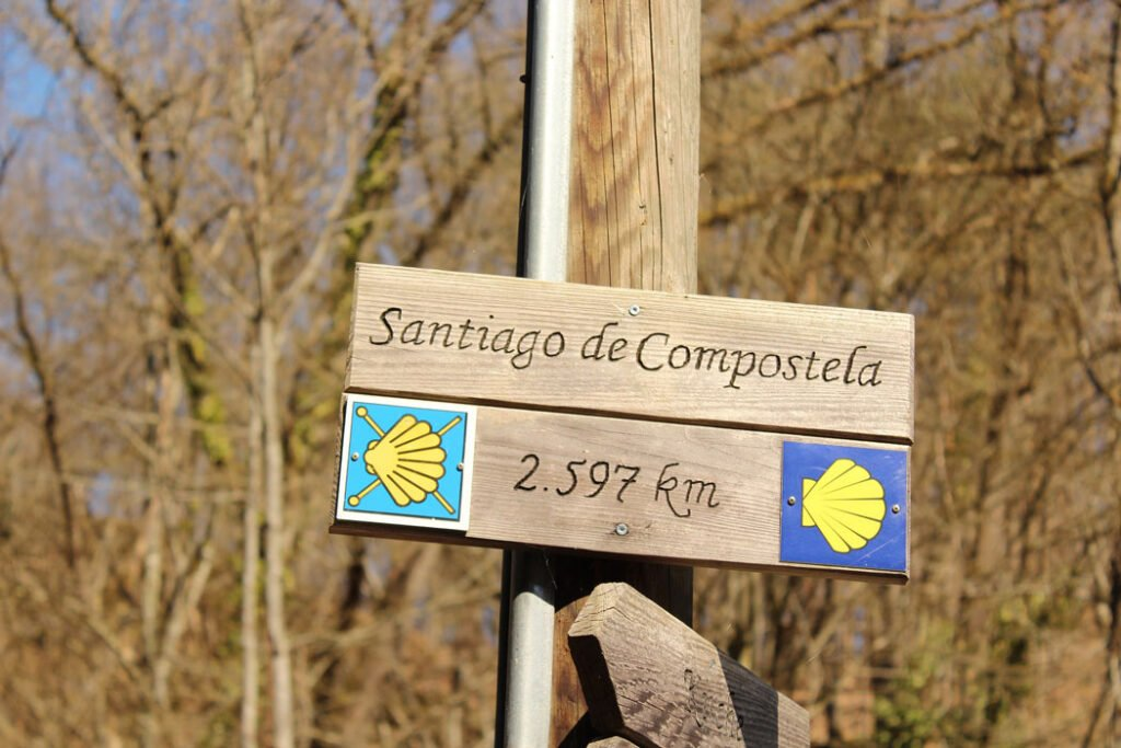 Sign pointing the way to Santiago de Compostela