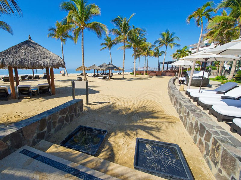 Luxury hotel on the beach in Los Cabos